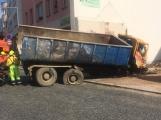 Video: Za pomoci těžké techniky vyprostili havarovaný vůz v Sedlčanech, policisté pátrají po svědcích nehody (5)