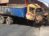 Video: Za pomoci těžké techniky vyprostili havarovaný vůz v Sedlčanech, policisté pátrají po svědcích nehody (7)