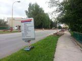 Ve Školní ulici pokračuje výstavba nových parkovacích míst ()