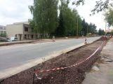 Ve Školní ulici pokračuje výstavba nových parkovacích míst (1)