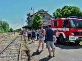 Na nádraží opět zasyčela pára a zasupěla parní lokomotiva ()
