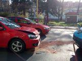 V ulici Čs. armády se srazily dva vozy, počítejte se zdržením ()