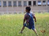 Usměvavé děti v kontrastu s šedí, která je všude okolo. To jsou děti z ubytoven (1)