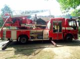 Šest jednotek hasičů likviduje požár rodinného domu na Příbramsku ()