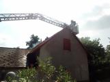 Šest jednotek hasičů likviduje požár rodinného domu na Příbramsku (13)