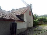 Šest jednotek hasičů likviduje požár rodinného domu na Příbramsku (12)