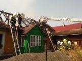 Šest jednotek hasičů likviduje požár rodinného domu na Příbramsku (11)