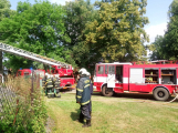 Šest jednotek hasičů likviduje požár rodinného domu na Příbramsku (8)