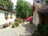 Šest jednotek hasičů likviduje požár rodinného domu na Příbramsku (5)