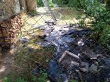 Šest jednotek hasičů likviduje požár rodinného domu na Příbramsku (4)