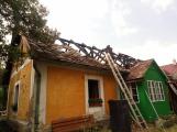 Šest jednotek hasičů likviduje požár rodinného domu na Příbramsku (3)