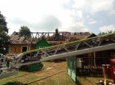 Šest jednotek hasičů likviduje požár rodinného domu na Příbramsku (2)