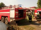 Šest jednotek hasičů likviduje požár rodinného domu na Příbramsku (14)