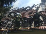 Aktuálně: Plameny zachvátily budovu na dětském táboře. Na místě je třicet dětí (17)