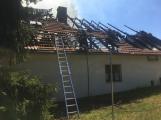 Aktuálně: Plameny zachvátily budovu na dětském táboře. Na místě je třicet dětí (1)