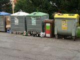 Občané si stěžují na odpadová hnízda v Čechovské ulici a kontejnery ve vozovce ()