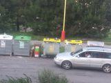 Občané si stěžují na odpadová hnízda v Čechovské ulici a kontejnery ve vozovce (1)