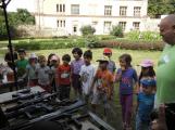Zaměstnanci Věznice Příbram navštívili léčebnu Bukovany, odsouzení předali dětem vlastnoručně vyrobené dary (15)