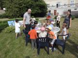 Zaměstnanci Věznice Příbram navštívili léčebnu Bukovany, odsouzení předali dětem vlastnoručně vyrobené dary (6)