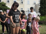 Zaměstnanci Věznice Příbram navštívili léčebnu Bukovany, odsouzení předali dětem vlastnoručně vyrobené dary (8)