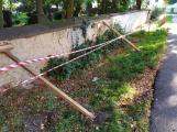 Konečně. Kolem zdi u březohorského hřbitova se již začíná něco dít ()