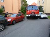 Tři metry k životu: Hasičům blokují průjezd špatně zaparkovaná auta (66)