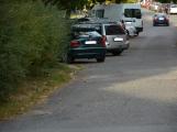 Tři metry k životu: Hasičům blokují průjezd špatně zaparkovaná auta (103)
