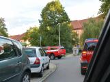 Tři metry k životu: Hasičům blokují průjezd špatně zaparkovaná auta (105)