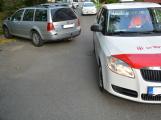 Tři metry k životu: Hasičům blokují průjezd špatně zaparkovaná auta (1)