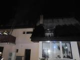 Rodinný dům zachvátily plameny, desítky hasičů bojovaly s ohněm (7)