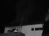 Rodinný dům zachvátily plameny, desítky hasičů bojovaly s ohněm (6)