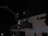 Rodinný dům zachvátily plameny, desítky hasičů bojovaly s ohněm (5)
