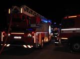 Rodinný dům zachvátily plameny, desítky hasičů bojovaly s ohněm (4)