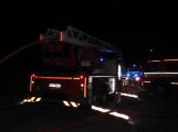 Rodinný dům zachvátily plameny, desítky hasičů bojovaly s ohněm (3)