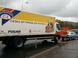 Nehoda na kruhovém objezdu u Obory komplikuje dopravu v okolí ()