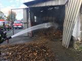 Hasiči vyjížděli k požáru dřevní štěpky v Bezděkově pod Třemšínem (16)