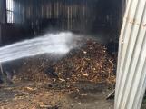 Hasiči vyjížděli k požáru dřevní štěpky v Bezděkově pod Třemšínem (17)