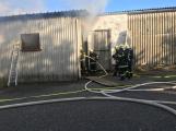 Hasiči vyjížděli k požáru dřevní štěpky v Bezděkově pod Třemšínem (21)