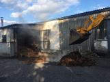 Hasiči vyjížděli k požáru dřevní štěpky v Bezděkově pod Třemšínem (10)