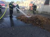 Hasiči vyjížděli k požáru dřevní štěpky v Bezděkově pod Třemšínem (12)