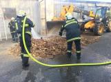 Hasiči vyjížděli k požáru dřevní štěpky v Bezděkově pod Třemšínem (13)
