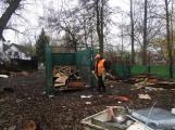 Zbytky zahradních domků u Čekalíkovského rybníka padly dnes k zemi ()