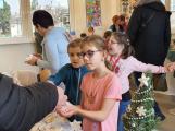 Vánoční jarmark zaplnil školu (7)