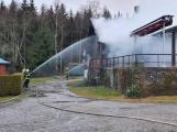 Plameny pohltily budovu restaurace v kempu u Věšína, hasiči vyhlásili druhý stupeň poplachu ()