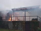 Plameny pohltily budovu restaurace v kempu u Věšína, hasiči vyhlásili druhý stupeň poplachu (23)
