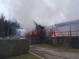 Plameny pohltily budovu restaurace v kempu u Věšína, hasiči vyhlásili druhý stupeň poplachu (24)