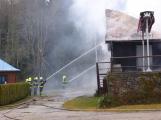 Plameny pohltily budovu restaurace v kempu u Věšína, hasiči vyhlásili druhý stupeň poplachu (28)