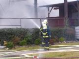 Plameny pohltily budovu restaurace v kempu u Věšína, hasiči vyhlásili druhý stupeň poplachu (30)