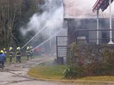 Plameny pohltily budovu restaurace v kempu u Věšína, hasiči vyhlásili druhý stupeň poplachu (36)
