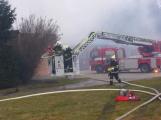 Plameny pohltily budovu restaurace v kempu u Věšína, hasiči vyhlásili druhý stupeň poplachu (19)